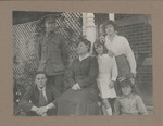 1918 Geoffrey Maxwell OSC1918 seated left with school friend and his family