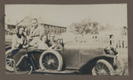 1919 Geoffrey Maxwell OSC1918 (second from left) with family in automobile