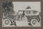 1919c geoffrey Maxwell OSC1918 (far right) with friends seated on an automobile